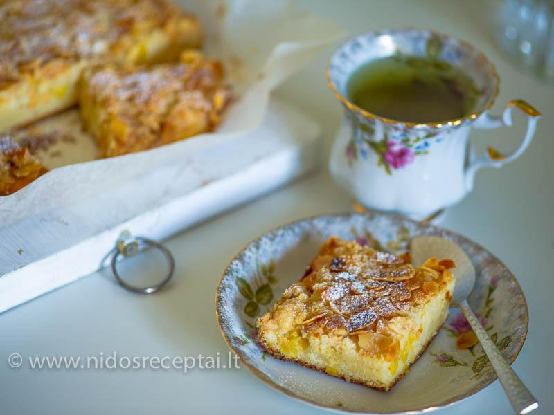 Pyragas su ananasais ir migdolu trupiniais