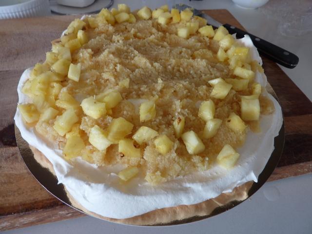tortas su ananasais ir kokosais