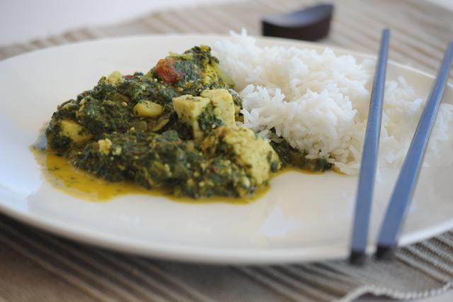 indiskas patiekalas su spinatais ir suriu
