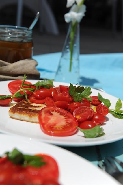 kepto surio ir pomidoru salotos