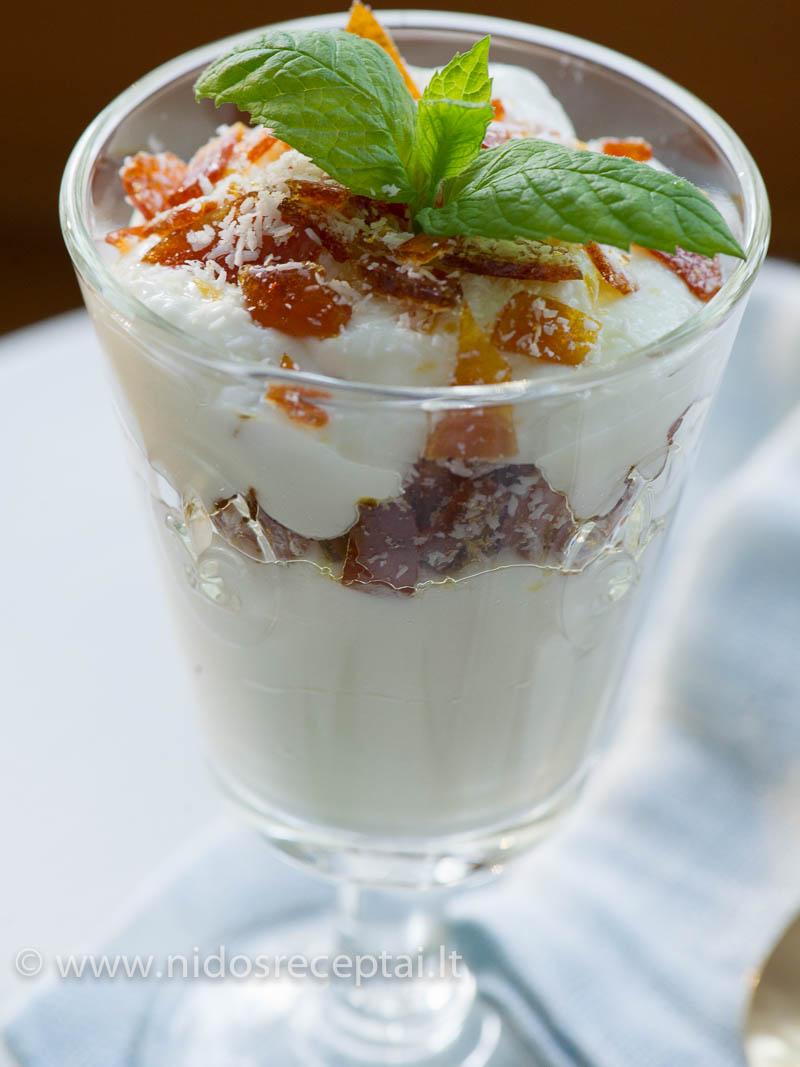 Desertas su graikišku jogurtu ir karamele