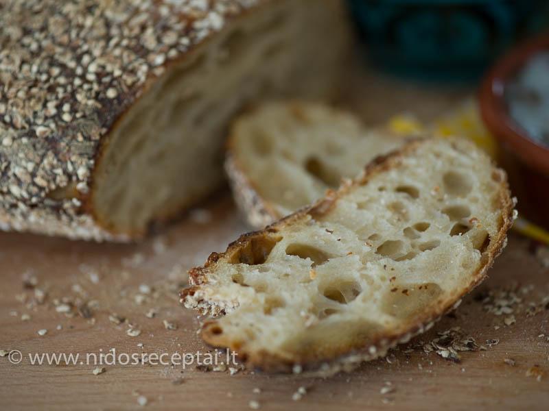 Duona iškepa drėgna ir akyta, su traškia plutele