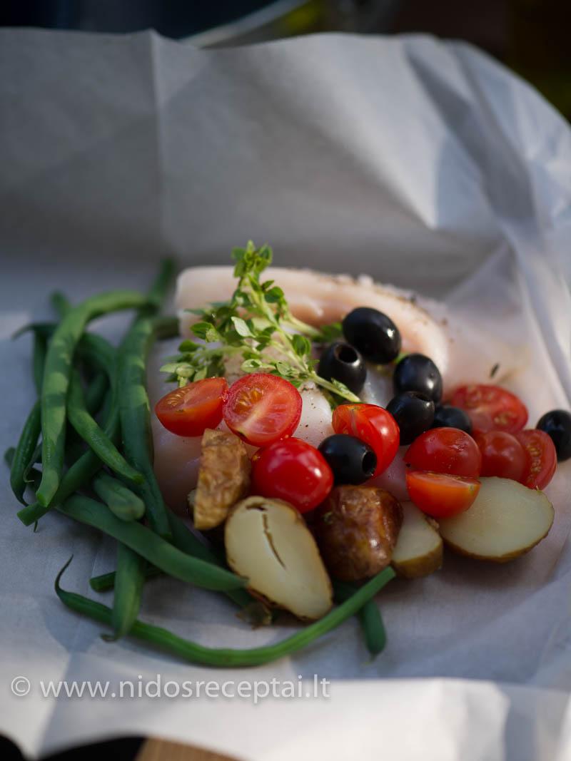 Kepant žuvį popieriuje įdėkite tas šviežias daržoves, kurias turite