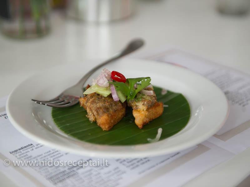 Tailandietiškas karštas užkandis: baltos duonos riekelės su malta kiauliena, paskrudintos riebaluose ir pašlakstytos saldžiarūgščiu padažu