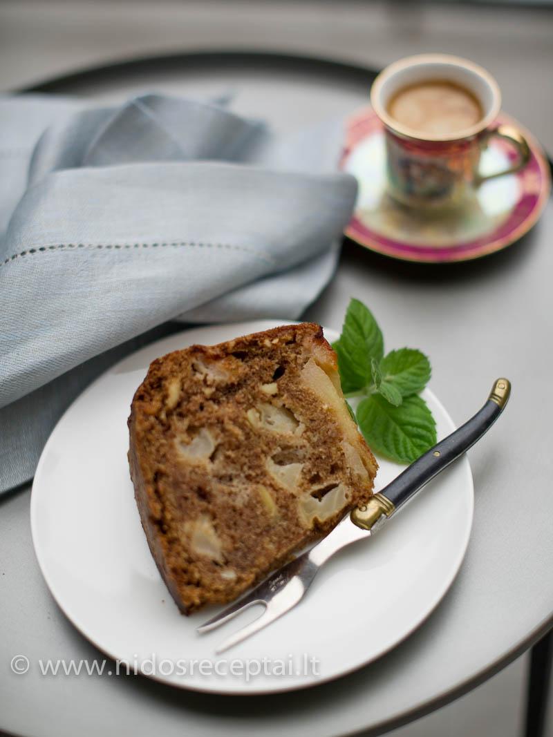 Galite pyragą patiekti su plakta grietinėle, ledais ir karameliniu padažu