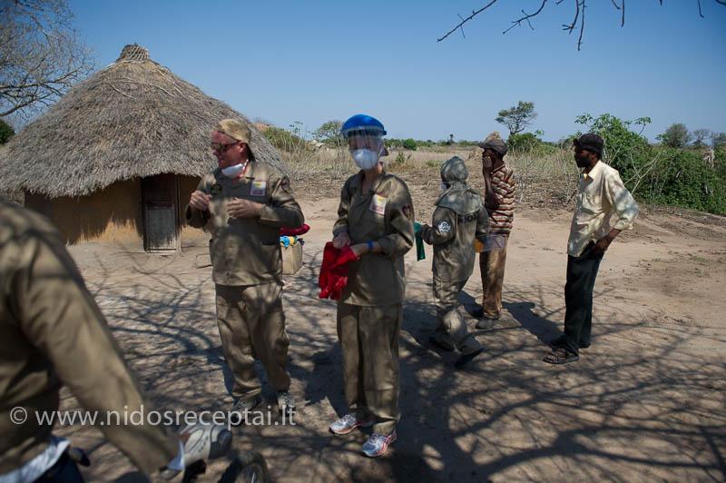 Purškiam vietinių namus nuo maliarijos