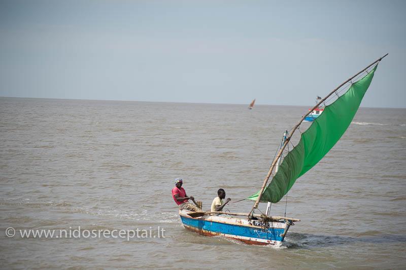 Štai tokiais laiveliais vietiniai gaudo šviežutėlę žuvį...
