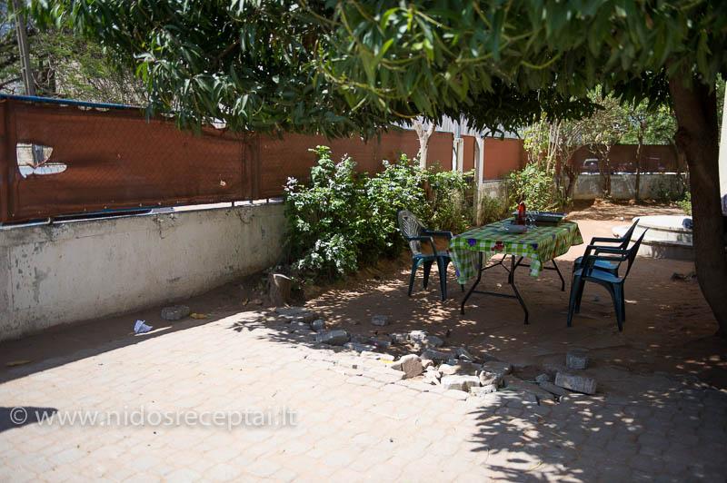Padengtas stalas po mango medžiu...