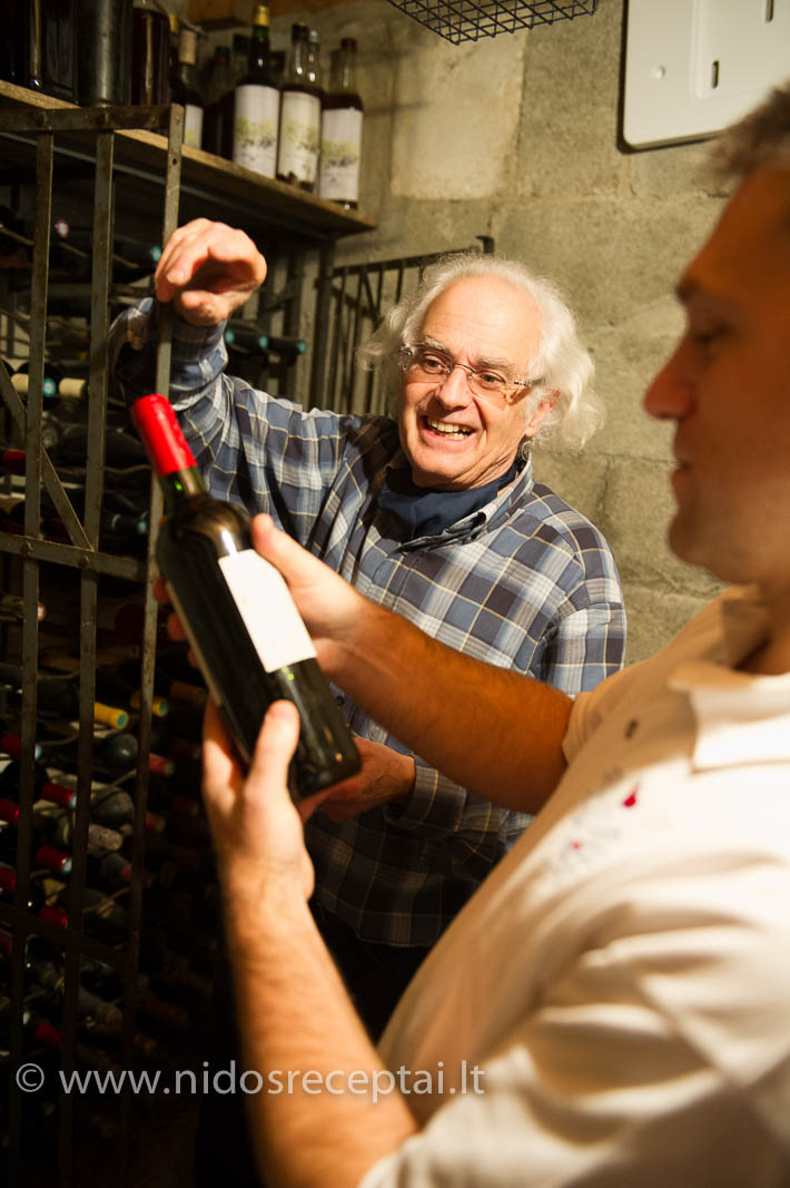 Šeimininkas Thierry rodo savo vynų kolekciją.