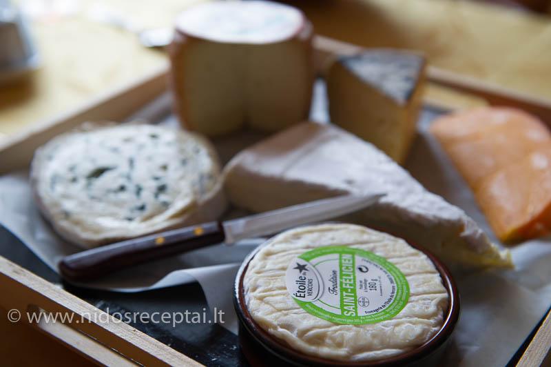 Bene kiekvienas prancūzas turi savo sūrininką, pas kurį iš keleto šimtų rūšių išsirenka pačius savo mėgstamiausius: skirtingų konsistencijų, skirtingo brandinimo, skirtngo skonio...