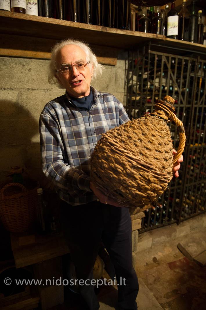 Šiame pintame krepšyje - stiklinis butelis su Thierry senelių (!) pagamintu eau de vie - bespalviu vynuogių brendžiu