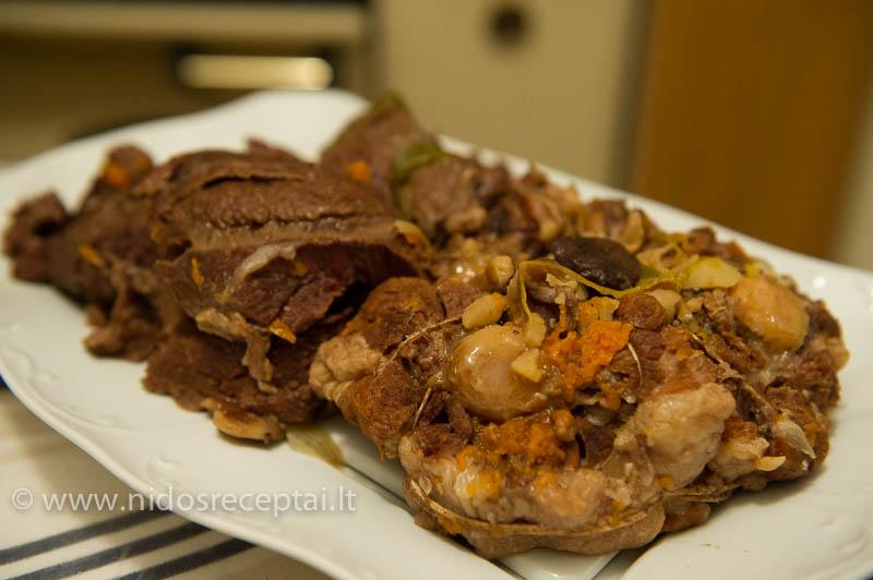 Mėsą prieš troškindami suriškite virvele, antraip ji subyrės ir gaudysite puode minkštus gabalėlius...