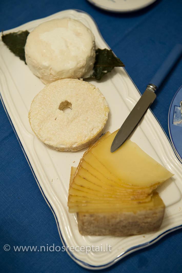 Sūrių lėkštė - privalomas kiekvienų pietų elementas