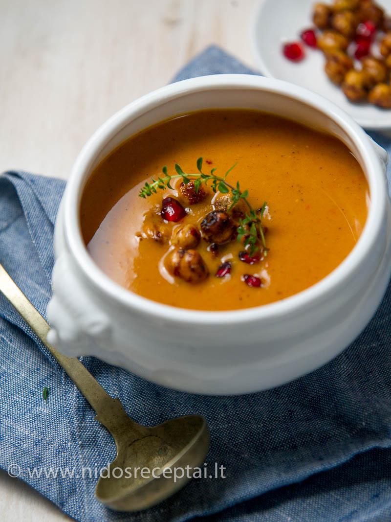 Šildanti sriuba su aromatingais prieskoniais - būtent tai, ko jums reikia šaltu metų sezonu...