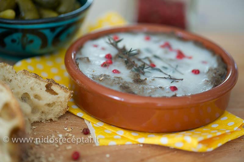 Žąsų kepenų paštetas su kalvadosu ir džiovintom slyvom - labai šventiškas užkandis