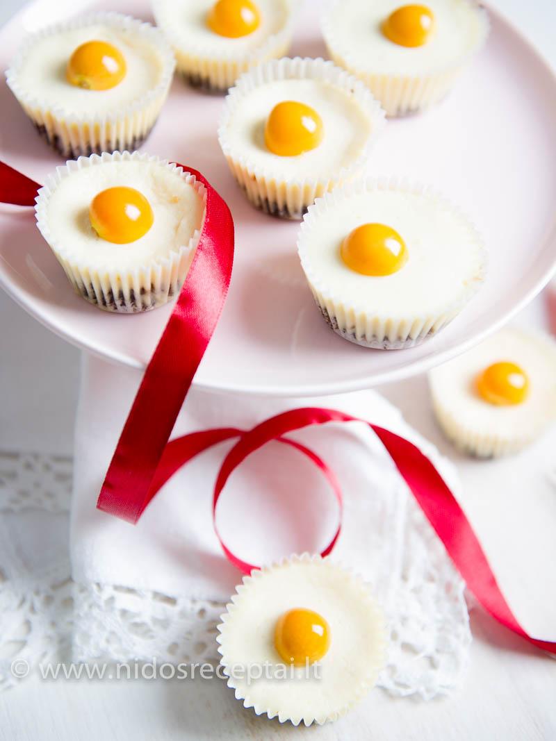 Varškės pyragėlius puoškite sezoniniais vaisiais arba mėtų lapeliais