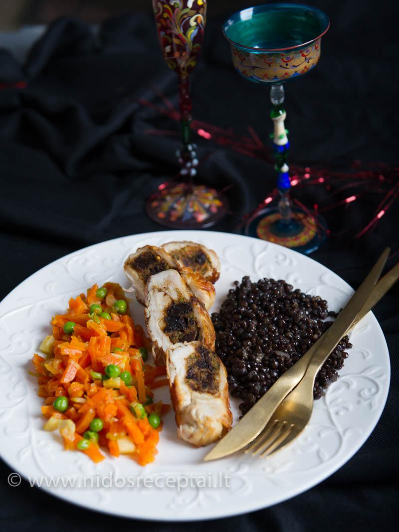 Džiovintų slyvų įdaras paverčia paprastą vištienos krūtinėlę šventišku patiekalu.