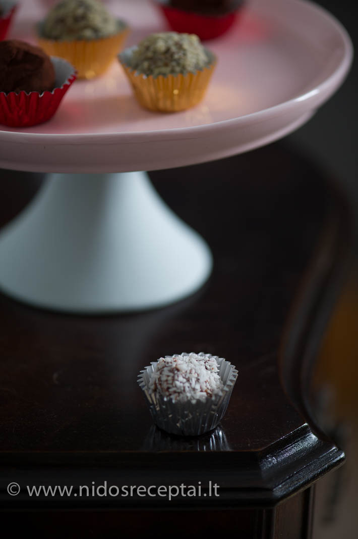 Šokoladinius triufelius pateikite po vakarienės, prie taurės gero konjako arba viskio