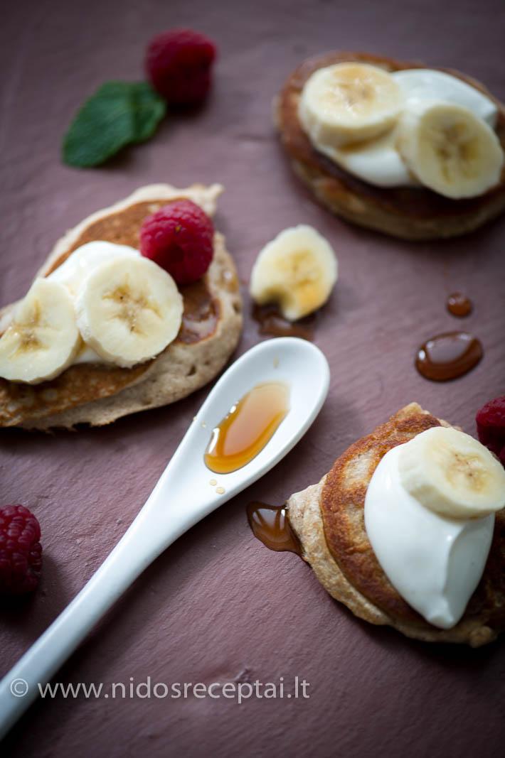 Bananiniai grikių miltų blynai skaniausi su vanile pagardintu graikišku jogurtu ir lešelu klevų sirupo