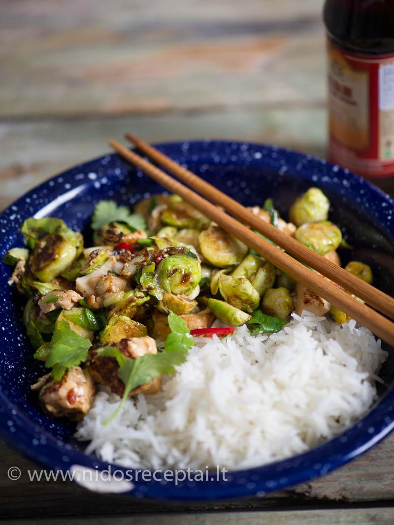 Azijietiškais skoniais persmelktas vegetariškas stir fry su tofu
