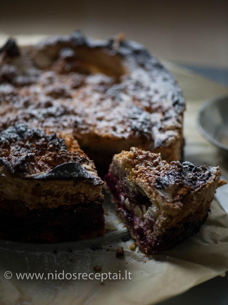 Obuolių ir juodųjų serbentų sluoksnis suteikia pyragui neišpasakytą gaivumą ir drėgnumą