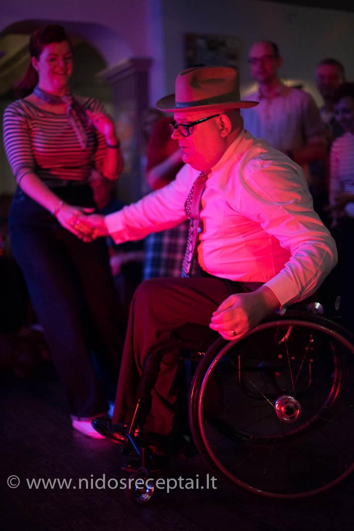 Invalido vežimėlis - ne kliūtis šokiams!!