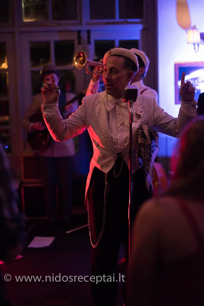 Swingo dainininkas - tarsi teleportavęsis iš 20 amžiaus pradžios koncertų salės...