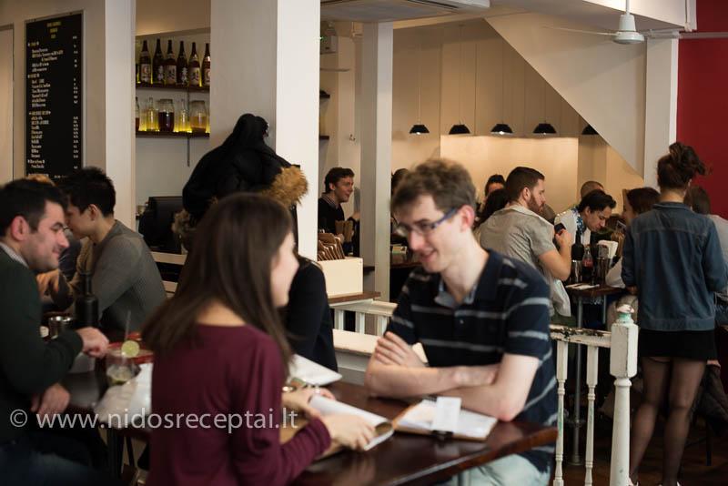 Restorane visuomet pilna žmonių!