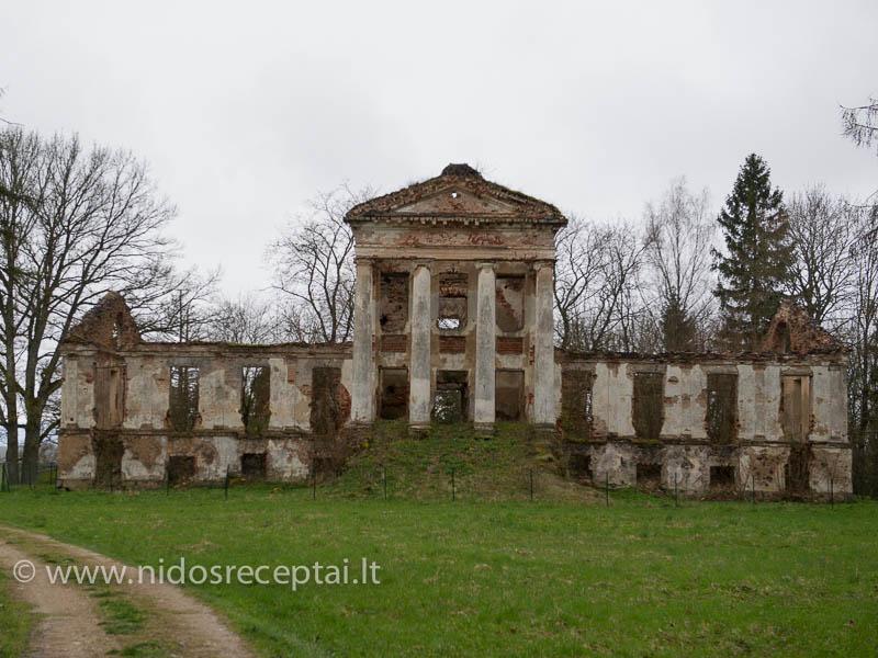 Spėju, kad kažkada Ilzenbergo dvaras buvo panašus į Onuškio dvaro griuvėsius, esančius pakaliuj...