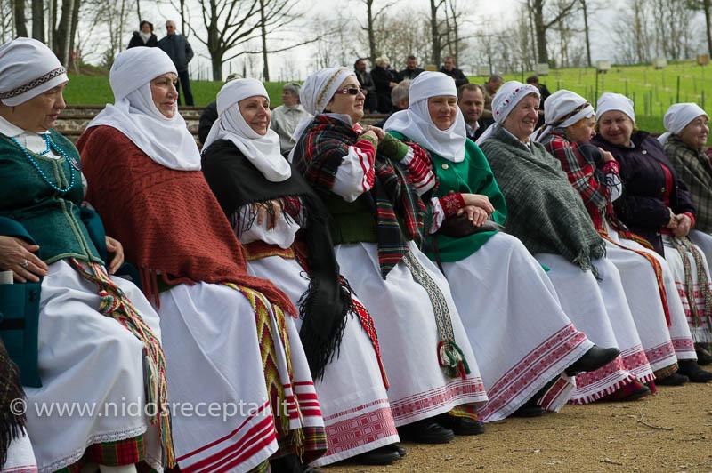 Žūrovai ir dalyviai ruošiasi šventės atidarymui