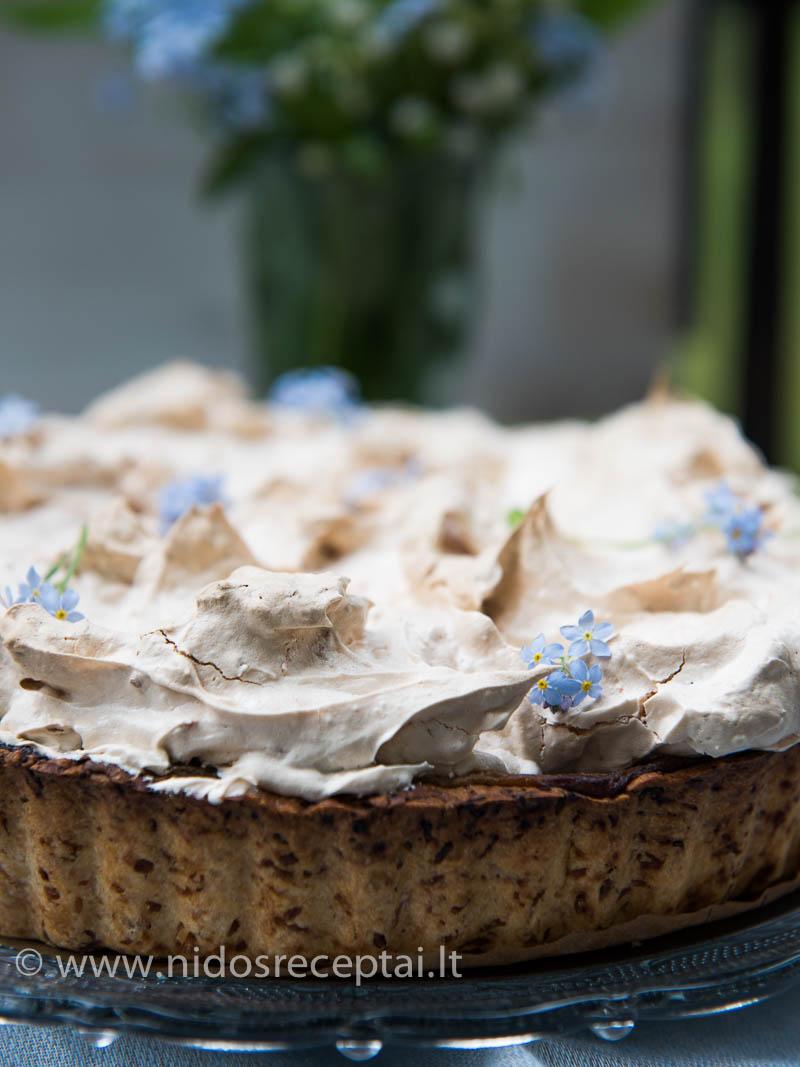 Pyragą drąsiai puoškite gyvomis gėlėmis!