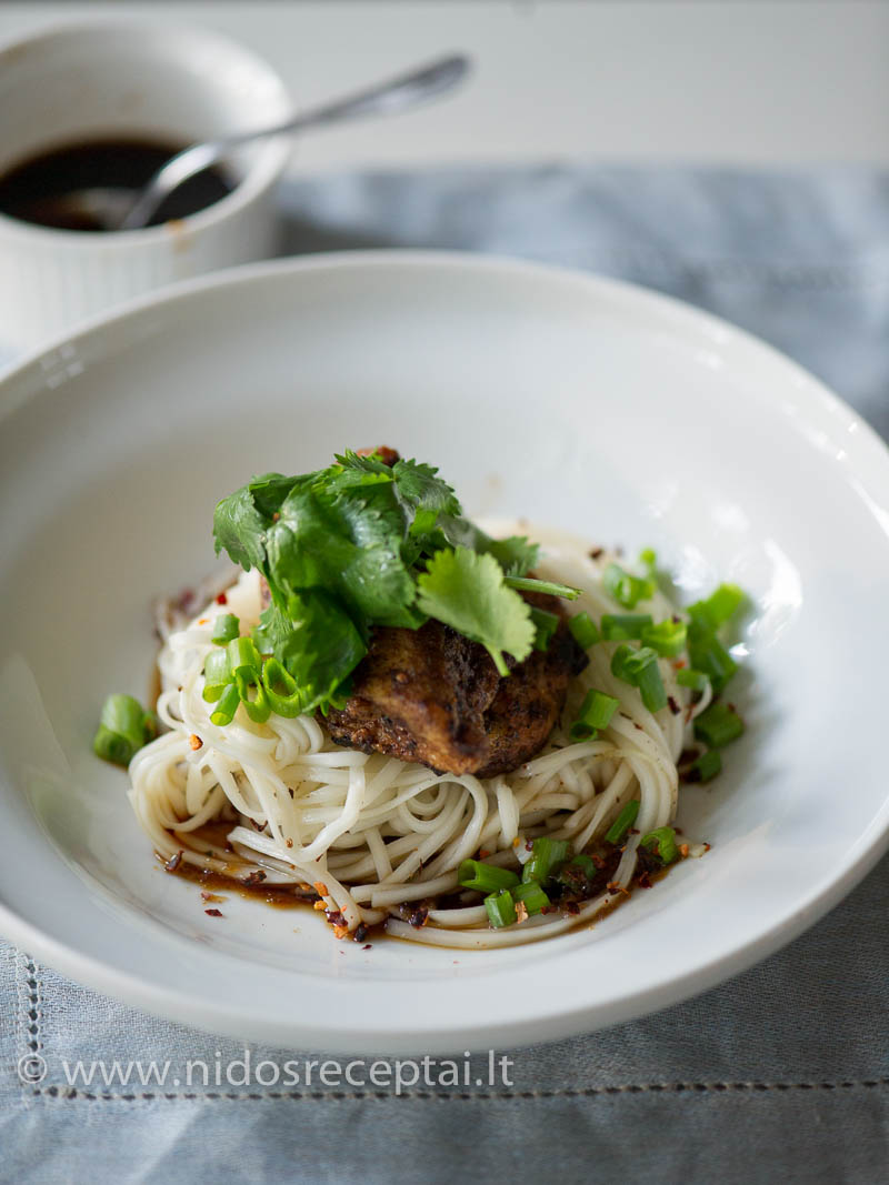 Paukštienos kepsneliai su ryžių makaronais - greitos vakarienės pasiūlymas