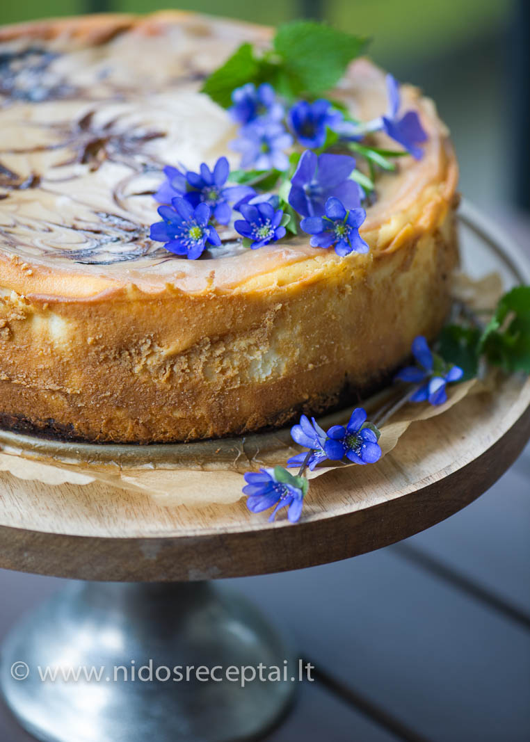 Patariu pyragą puošti gyvomis lauko gėlėmis