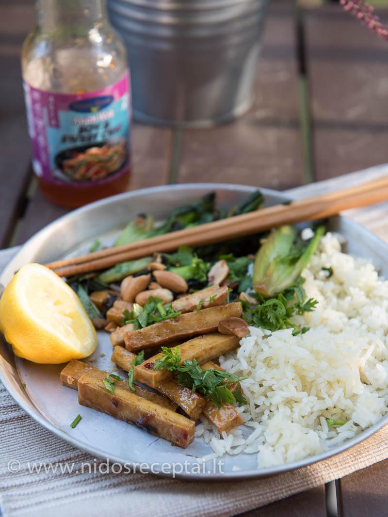 Vegetariškai vakarienei - tofu stir fry su ryžiais ir azijietiškomis daržovėmis