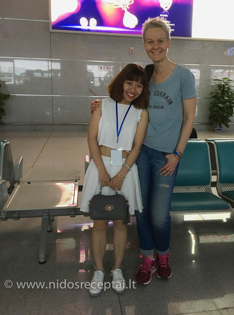 Oro uoste pasitiko viena iš kelių dešimčių savanorių, dirbusių su apdovanojimų dalyviais. Mergina net pradėjo trypti kojom, kai atpažino mane, nes matė ant knygos viršelio:)