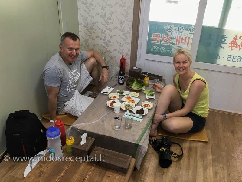 Valgyti tradiciniame korėjiečių restoranėlyje nėra taip paprasta. Ypač nelankstiems europičiams su 46 dydžio kojos išmiera:)