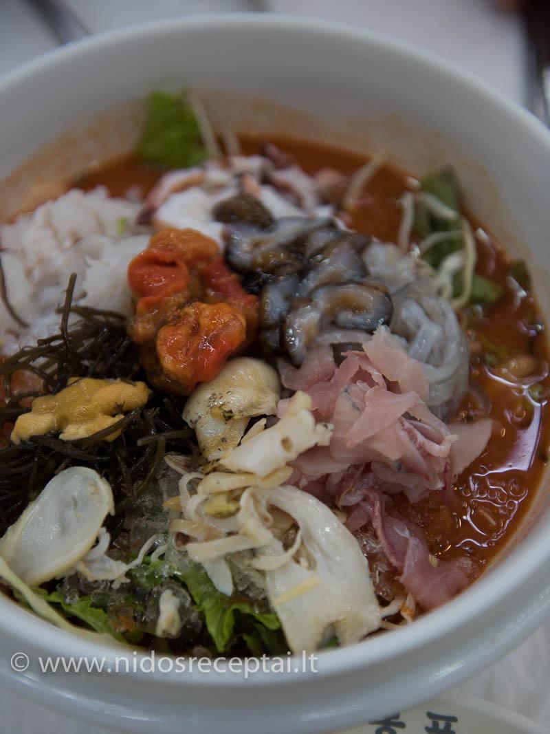 """Vietinė """"šaltibarščių"""" versija: šalta aštri sriuba su žalia žuvimi ir jūros gėrybėmis, pašaldyta grūstais ledukais:)"""
