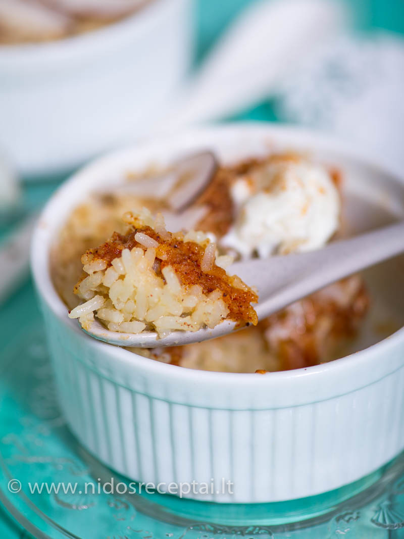 Patiekite su saldžia grietine arba klevų sirupu, galite pabarstyti kokosais