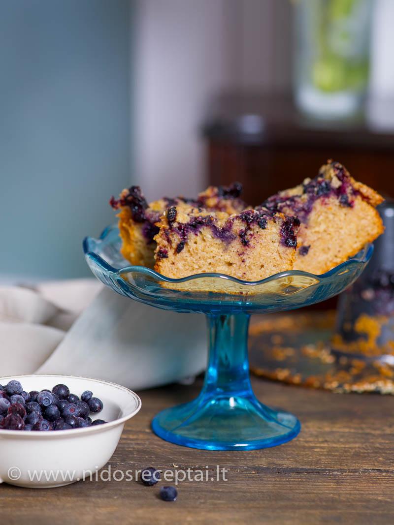 Pyragas su mėlynėm ir trupiniais