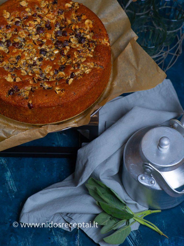 Pyragas su obuoliais, varške ir lazdyno riešutais