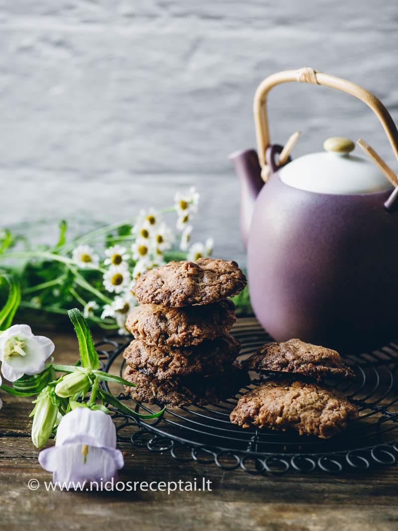 Sausainiai su šokolado gabalėliais, riešutais ir avižiniais dribsniais